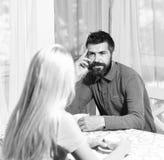 Concepto de la fecha de la mañana El par en amor sostiene las tazas de café en la tabla Fotografía de archivo libre de regalías