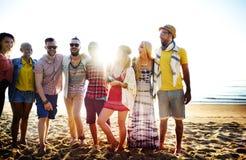 Concepto de la felicidad de la playa del verano de la relajación de la vinculación de la amistad Fotos de archivo libres de regalías