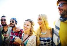 Concepto de la felicidad de la playa del verano de la relajación de la vinculación de la amistad Fotografía de archivo