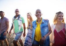 Concepto de la felicidad de la playa del verano de la relajación de la vinculación de la amistad Foto de archivo libre de regalías