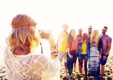 Concepto de la felicidad de la playa del verano de la relajación de la vinculación de la amistad Foto de archivo