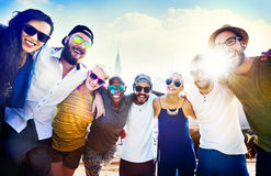 Concepto de la felicidad de la playa del verano de la relajación de la vinculación de la amistad Imagenes de archivo