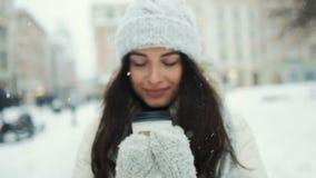 Concepto de la felicidad, de las vacaciones de invierno, de la Navidad, de las bebidas y de la gente - mujer joven sonriente en l almacen de video