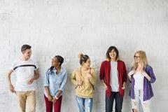 Concepto de la felicidad de los amigos de los estudiantes de la diversidad Imagen de archivo libre de regalías