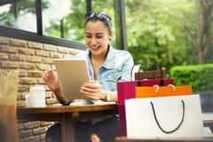 Concepto de la felicidad del cliente del comercio de la compra de compras Foto de archivo libre de regalías