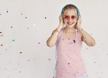 Concepto de la felicidad del confeti de la música del auricular de la muchacha Fotografía de archivo libre de regalías