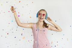 Concepto de la felicidad del confeti de la música del auricular de la muchacha Imagen de archivo libre de regalías