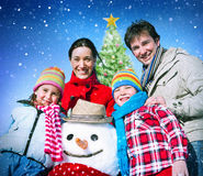Concepto de la felicidad del invierno del día de fiesta de la Navidad de la familia Imágenes de archivo libres de regalías