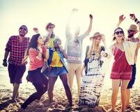 Concepto de la felicidad del partido de la playa de los amigos de los adolescentes Foto de archivo libre de regalías