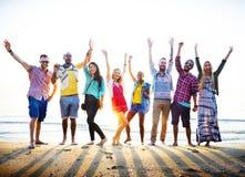 Concepto de la felicidad del partido de la playa de los amigos de los adolescentes Imagenes de archivo