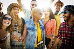 Concepto de la felicidad del partido de la playa de los amigos de los adolescentes Fotos de archivo