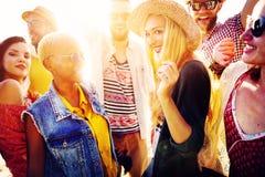 Concepto de la felicidad del partido de la playa de los amigos de los adolescentes Foto de archivo