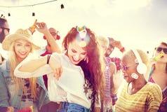 Concepto de la felicidad del partido de la playa de los amigos de los adolescentes Fotografía de archivo