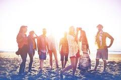 Concepto de la felicidad del partido de la playa de los amigos de los adolescentes Imagen de archivo