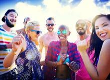Concepto de la felicidad del partido de la playa de los amigos de los adolescentes Fotografía de archivo libre de regalías