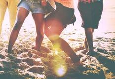Concepto de la felicidad del partido de la playa de los amigos de los adolescentes Imágenes de archivo libres de regalías