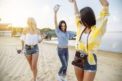 Concepto de la felicidad del partido de la playa de los amigos de los adolescentes Imagen de archivo libre de regalías