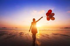 Concepto de la felicidad, emociones positivas, muchacha feliz