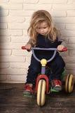 Concepto de la felicidad de los niños de la niñez del niño Bicicleta del montar a caballo del muchacho en sitio Imagen de archivo libre de regalías