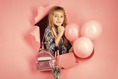 Concepto de la felicidad de los niños de la niñez del niño El pequeño niño de la muchacha con el partido hincha, celebración Bell Foto de archivo