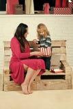 Concepto de la felicidad de los niños de la niñez del niño Muchacha del Año Nuevo y pequeño muchacho en banco Imagen de archivo libre de regalías
