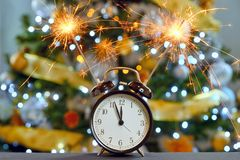 Concepto de la Feliz Año Nuevo con los fuegos artificiales de la bengala Fotografía de archivo