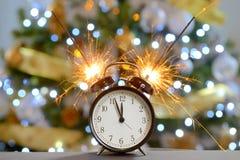 Concepto de la Feliz Año Nuevo con los fuegos artificiales de la bengala Imagen de archivo