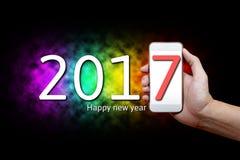 Concepto de la Feliz Año Nuevo 2017, parte del cuerpo, mano que lleva a cabo phon móvil Fotos de archivo