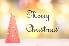 Concepto de la Feliz Navidad con el árbol de navidad rojo blanco con el golde Fotografía de archivo libre de regalías