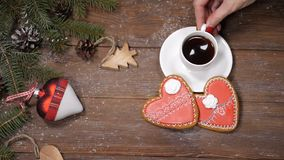 Concepto de la Feliz Navidad y de la Feliz Año Nuevo Las galletas, las ramas de árbol de abeto y los juguetes en forma de corazón almacen de metraje de vídeo