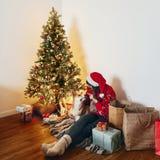 Concepto de la Feliz Navidad y de la Feliz Año Nuevo Mujer con estilo feliz Foto de archivo libre de regalías