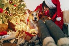 Concepto de la Feliz Navidad y de la Feliz Año Nuevo Mujer con estilo feliz Fotos de archivo