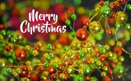 Concepto de la Feliz Navidad y de la Feliz Año Nuevo Un primer de baratijas multicoloras fotos de archivo