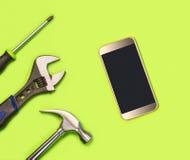 Concepto de la fijación del teléfono móvil para el teléfono móvil que repara el anuncio del ` s de la compañía en medios sociales fotos de archivo