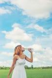 Concepto de la forma de vida de las mujeres: mujer hermosa joven con el vestido blanco Foto de archivo
