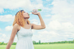 Concepto de la forma de vida de las mujeres: mujer hermosa joven con el vestido blanco Fotos de archivo