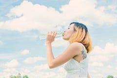 Concepto de la forma de vida de las mujeres: mujer hermosa joven con el vestido blanco Fotografía de archivo libre de regalías