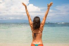 Concepto de la forma de vida - mujer feliz hermosa que goza de outdoo del verano imagen de archivo libre de regalías
