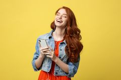Concepto de la forma de vida: Mujer joven hermosa en auriculares que escucha la música en fondo amarillo claro Imágenes de archivo libres de regalías