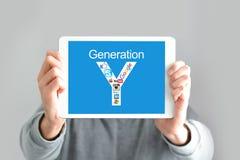 Concepto de la generación de Y con el hombre joven que sostiene una tableta digital Fotografía de archivo