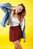 Concepto de la gente de la forma de vida: adolescente bastante joven de la escuela que tiene sonrisa feliz de la diversión en fon Imagenes de archivo