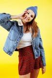 Concepto de la gente de la forma de vida: adolescente bastante joven de la escuela que tiene sonrisa feliz de la diversión en el  Foto de archivo