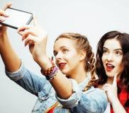 Concepto de la gente de la forma de vida: muchacha adolescente del inconformista moderno bastante elegante dos que se divierte ju Fotos de archivo