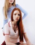Concepto de la gente de la forma de vida: muchacha adolescente del inconformista moderno bastante elegante dos que se divierte ju Imagenes de archivo
