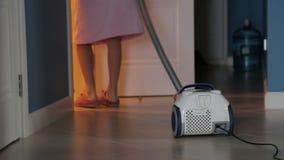 Concepto de la gente, del quehacer doméstico y de la economía doméstica - la mujer con la limpieza del aspirador alfombra en casa almacen de metraje de vídeo