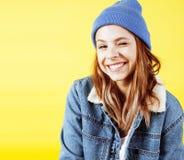 Concepto de la gente de la forma de vida: adolescente bastante joven de la escuela que tiene sonrisa feliz de la diversión en fon Fotos de archivo libres de regalías