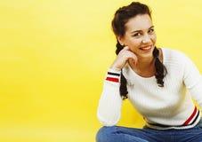 Concepto de la gente de la forma de vida: adolescente bastante joven de la escuela que tiene sonrisa feliz de la diversión en fon Foto de archivo libre de regalías