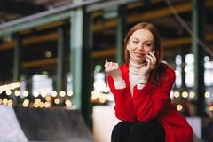 Concepto de la gente, de la tecnología y de la forma de vida La mujer caucásica positiva tiene conversación telefónica, negociaci imágenes de archivo libres de regalías