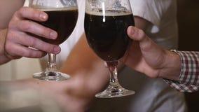 Concepto de la gente, de la tostada, del ocio, de la amistad y de la celebración - amigos masculinos felices que beben la cerveza almacen de metraje de vídeo