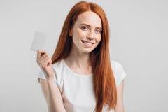 Concepto de la gente, de la venta y del consumerismo - cercano para arriba de mujer feliz con la tarjeta de crédito Imagen de archivo libre de regalías